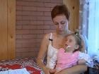 В программу «ЖКХ» обратилась мать-одиночка Татьяна. Ее тяжелобольной дочке требуется постоянный уход и помощь врачей, а дом, куда им пришлось переехать после пожара, находится в 50 км от больницы