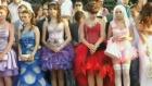 В студии «Пусть говорят» пытаются разобраться, почему вчерашние ученицы, выбирая платье для выпускного, делают ставку на эпатаж