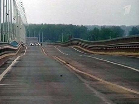 В Волгограде сильнейший ветер и волны раскачали один из самых больших мостов через Волгу.