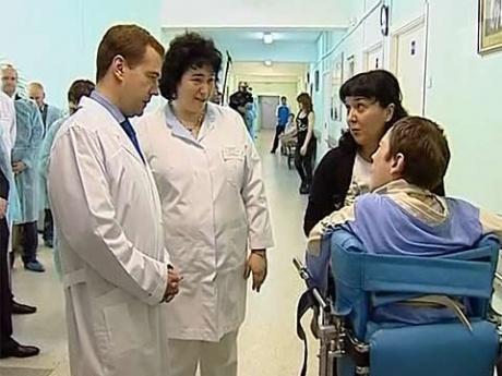 8 ноября Медведев посетил московскую больницу 67.  Уже 6 ноября прекратился прием больных.