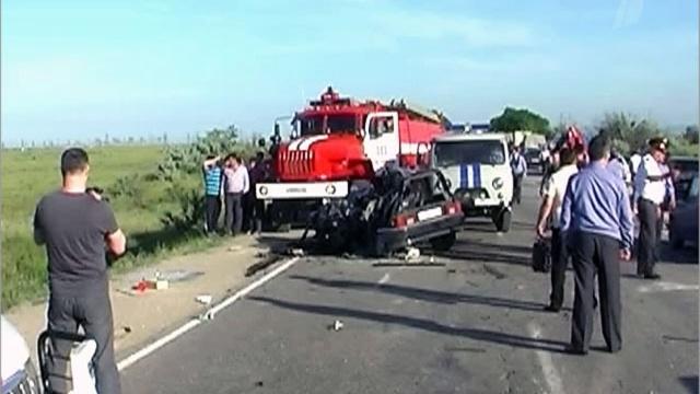 В пригороде Махачкалы столкнулись пассажирский автобус, маршрутное такси и легковой автомобиль.