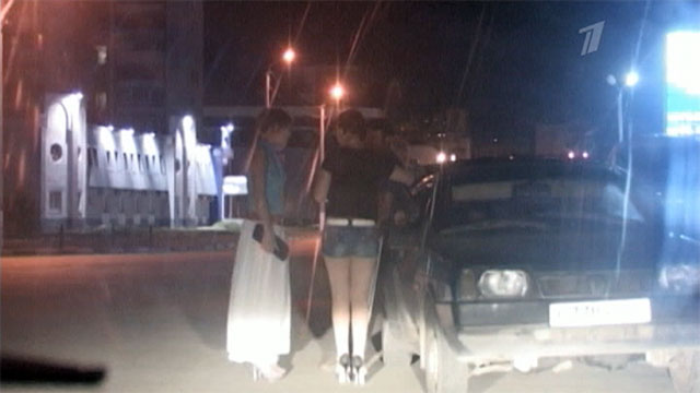 мужчина пользуется услугами проституток