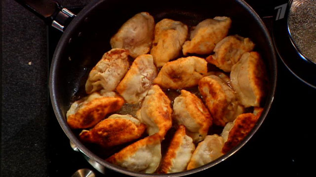 Жареные пельмени с сыром на сковороде рецепт