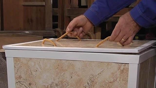 Из материала, оставшегося после ремонта, можно смастерить ящик для белья.  Форма ящика должна напоминать перевернутую...