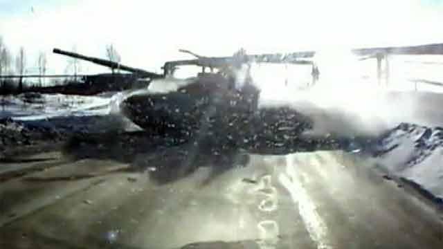 Боевой танк переехал дорогу под Нижним Тагилом. Видео