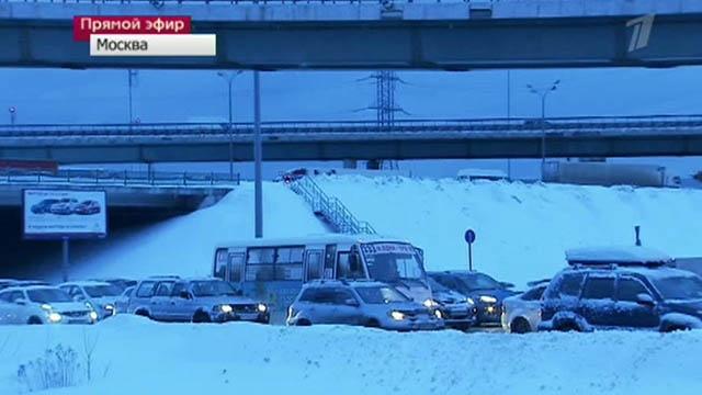 После вчерашнего снегопада столица пытается выбраться из сугробов