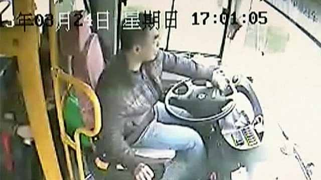 Фонарный столб врезался в автобус в Китае