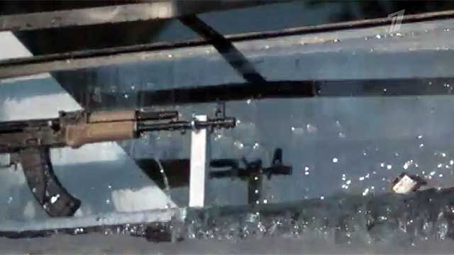 Видео стрельбы автомата Калашникова под водой в аквариуме