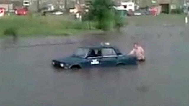 Сильнейший ливень в Челябинской области заставил автомобили плыть