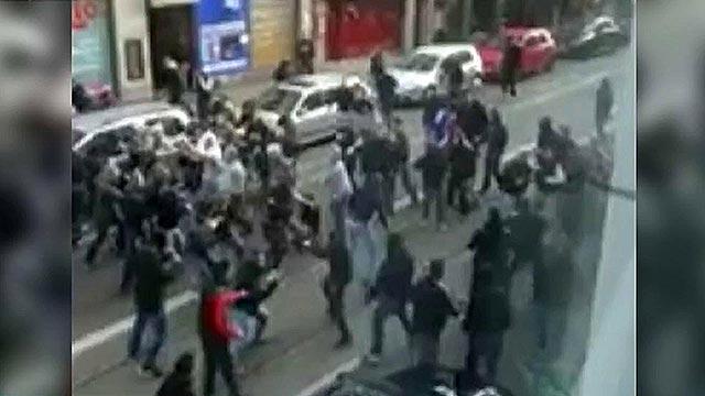 Десятки футбольных фанатов устроили драку в центре Кельна