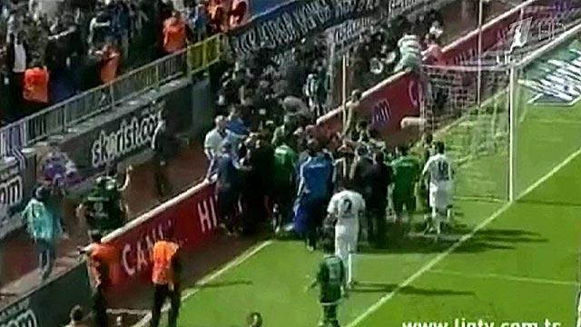 В Турции неизвестные напали на автобус футбольной команды \'\'Фенербахче\'\'