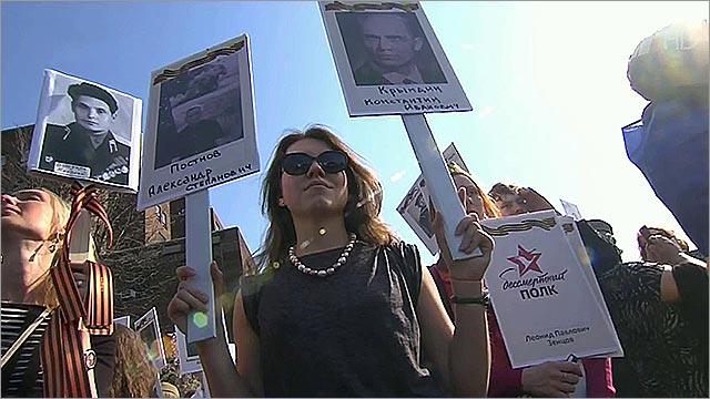 Участники акции `Бессмертный полк` пронесли по Бруклинскому мосту фото героев Великой Отечественной .