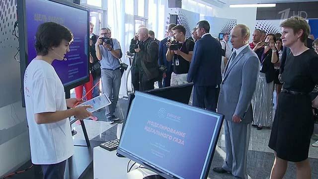 Президент России В.В.Путин и директор Центра Е.В.Шмелева слушают доклад Давида Давитадзе