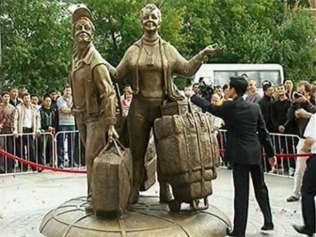 """В понедельник, 20 июля, в Екатеринбурге открыли памятник так называемым  """"челнокам """" - торговцам, закупающим товары..."""