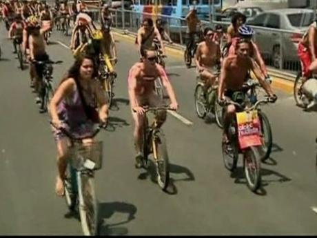 Сотни голых велосипедистов заполнили улицы Лимы